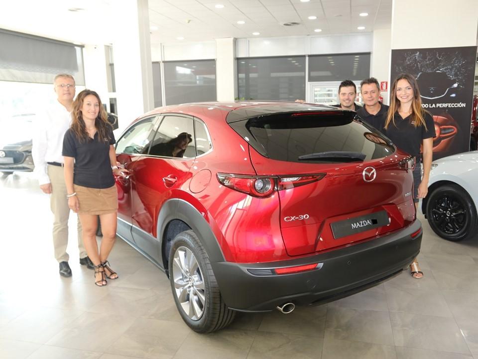 Vicente Talamantes (de blanco), gerente de Mazda Almenar, recibió el nuevo Mazda CX-30 junto a parte del equipo comercial